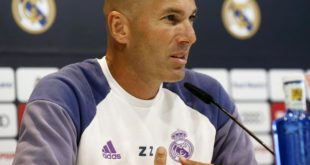 epa05553123 Real Madrid's head coach Zinedine Zidane attends a press conference at Valdebebas sports city in Madrid, Spain, 23 September 2016.  EPA/KIKO HUESCA