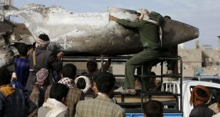 FILE PHOTO - Houthi rebels transport part of a Saudi fighter jet found in Bani Harith district north of Yemen's capital Sanaa May 24, 2015.  REUTERS/Khaled Abdullah/File Photo